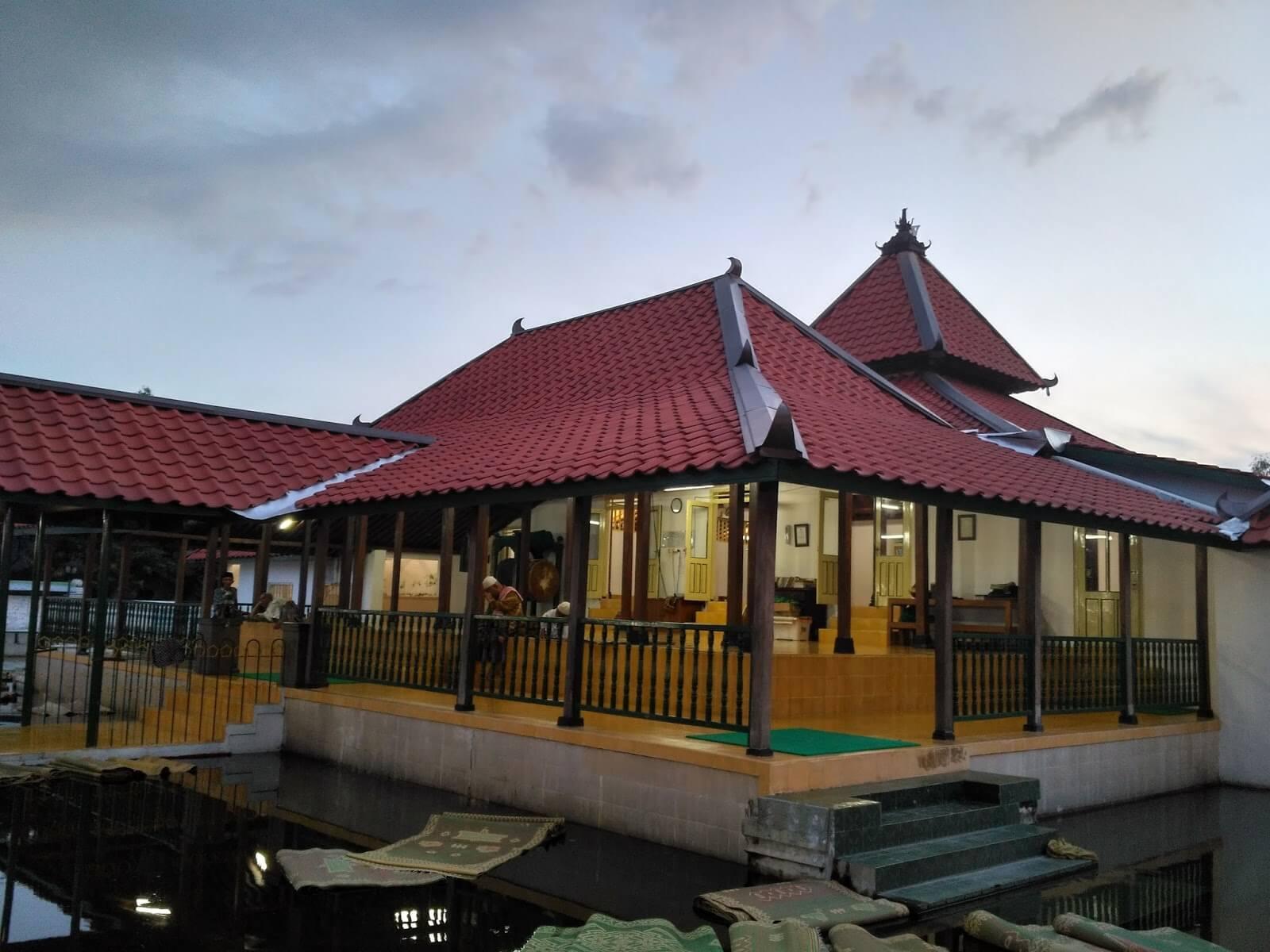 Daya Tarik Masjid Pathok Negoro Plosokuning
